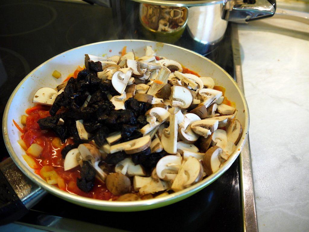 Добавляем грибы и чернослив