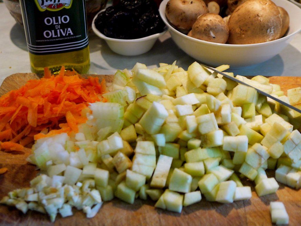 Нарезаем и натираем овощи