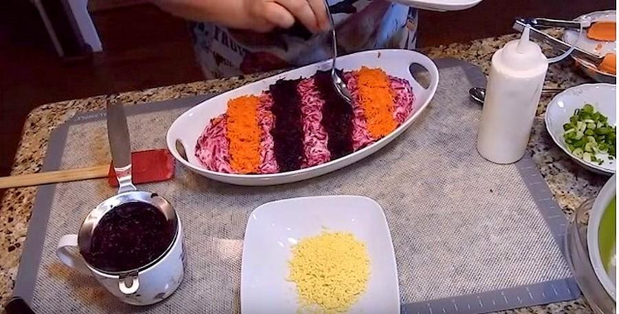 Выкладываем свёклу и морковь