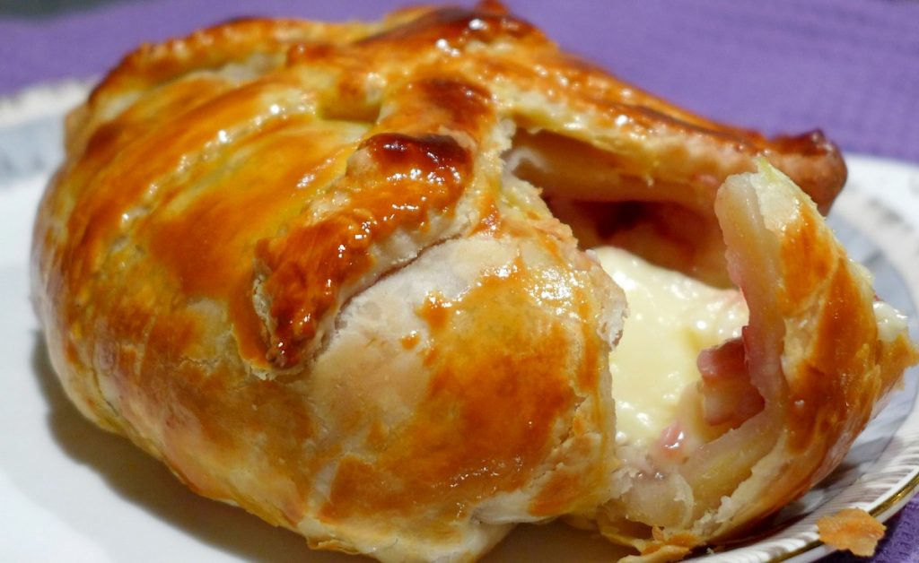 Запеченный сыр в горячей хрустящей корочке